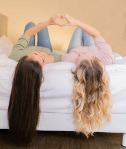 zwei Mädchen mit langen Haare