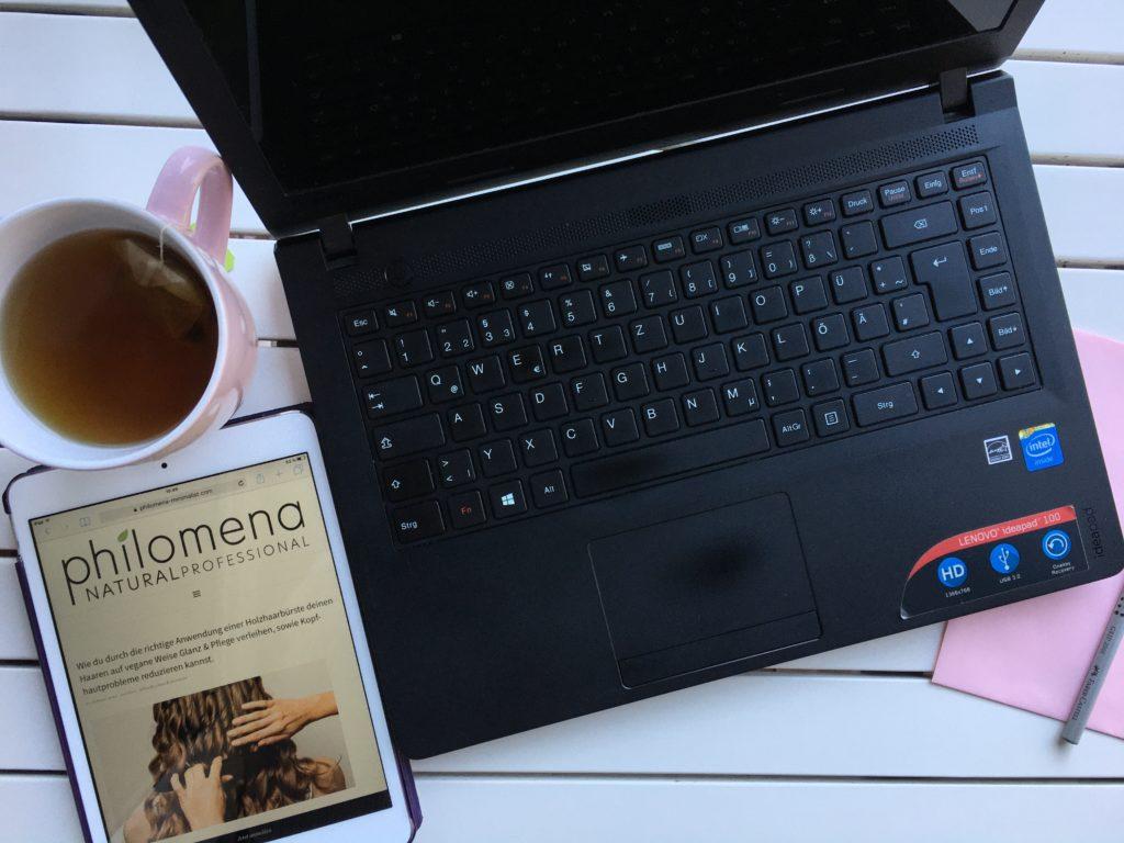 Was ist Minimalismus? Schreibtisch mit Laptop und iPad