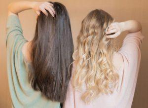 langes, gepflegtes Haar, blond-, und braunhaarig