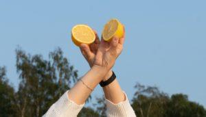 Zitronen in Händen gehalten