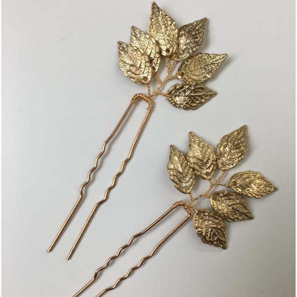 Haarnadel mit feinem, goldfarbenem Blätterschmuck