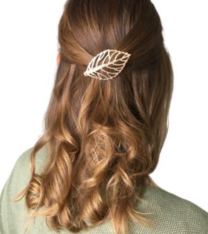 Braunhaarige Frau mit Locken und blätter Haarschmuck